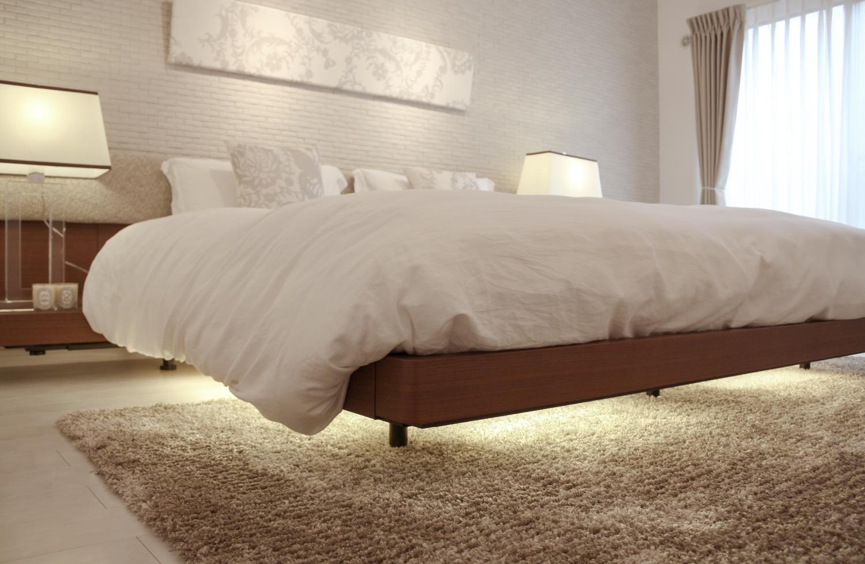 主寝室インテリア ウォールナットのキングベッド