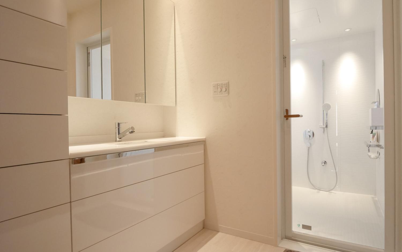 洗面デサインリフォーム ホワイトのモダン洗面化粧台 洗面収納 カスタムデザインユニットバス