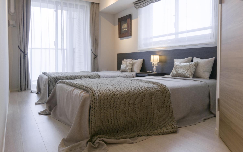 ダークブラウンベッド&モカベージュファブリック シンプルモダン寝室