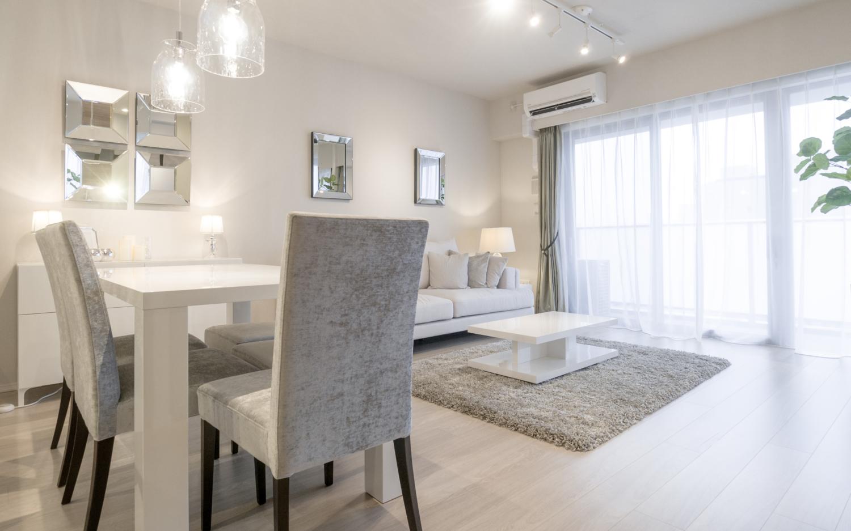 ホワイトのインテリア家具にシルバー&グレーのファブリック