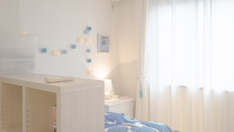 ホワイトを基調にブルーをアクセントにした子ども部屋のインテリア