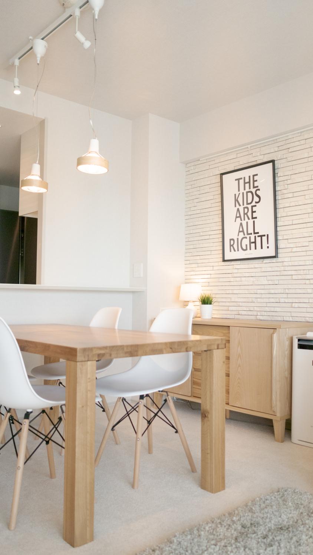 ナチュラルの家具にモノトーンアートの組み合わせ
