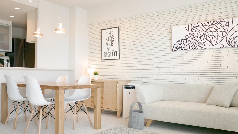 モノトーンにシンプルなナチュラル家具のモダン北欧テイストインテリア
