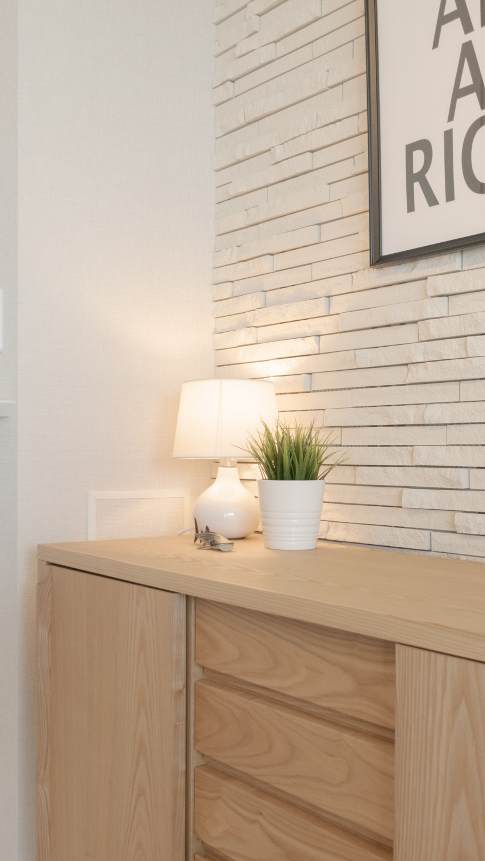 モノトーンアートにナチュラル家具の組み合わせ ホワイトテーブルランプ