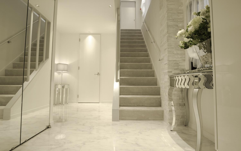 玄関リフォーム 白い大理石 光沢ホワイトフローリング ミラー家具 神戸