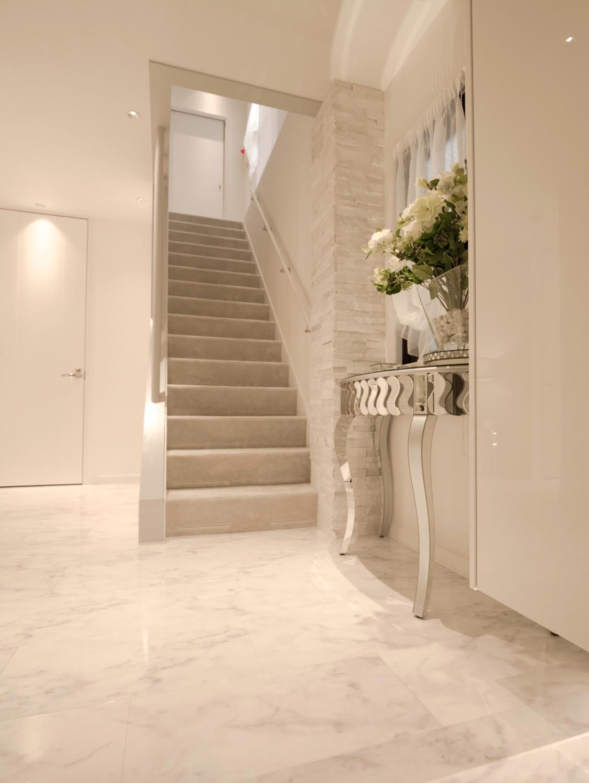 マンション玄関リフォーム 白い玄関 白の大理石 神戸 白いお家