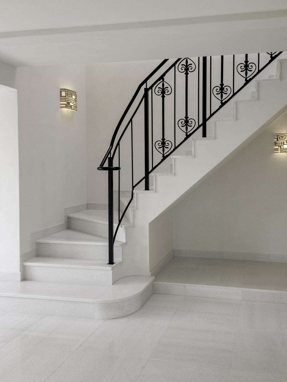 天然の白い大理石の床にアイアン手摺の階段