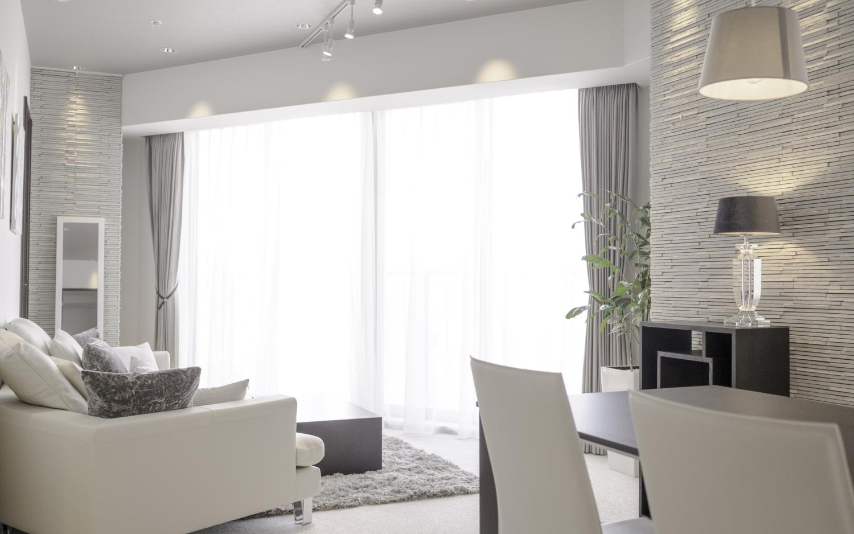 三角形のリビングにシンプルモダンな家具を配置 神戸