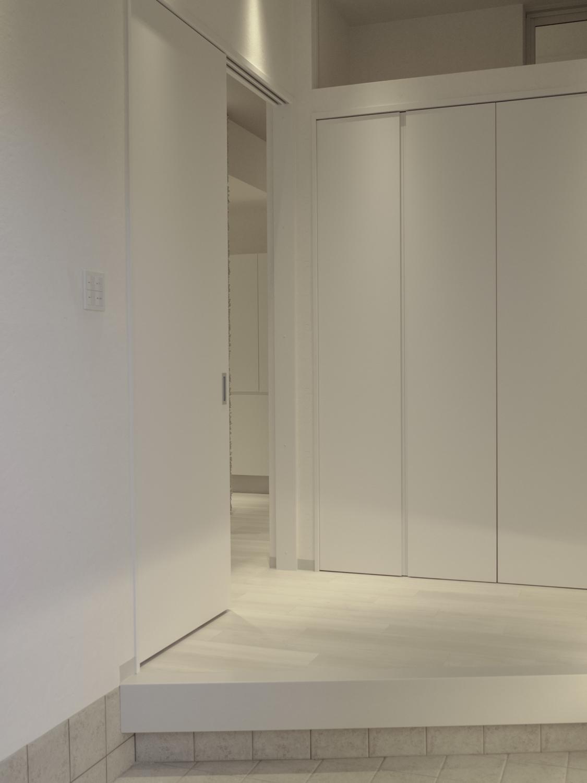 モダン玄関リフォーム ホワイト基調の玄関リフォーム