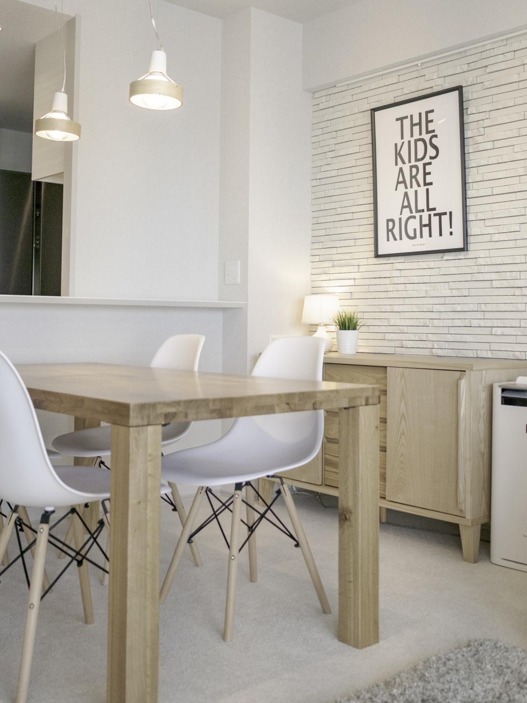ナチュラルの家具にモノトーンアートの組み合わせ大阪