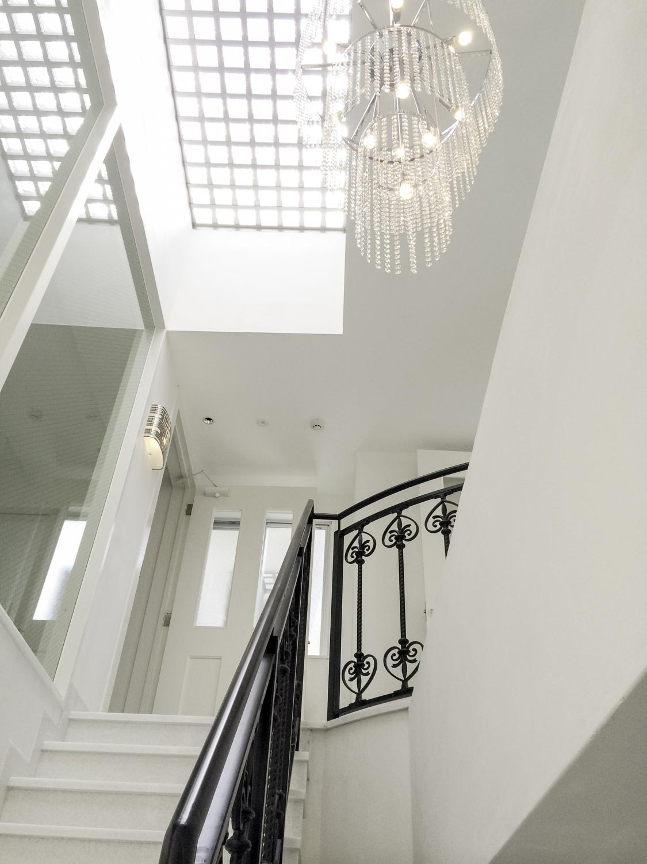 吹き抜け階段にシャンデリアタイプの照明