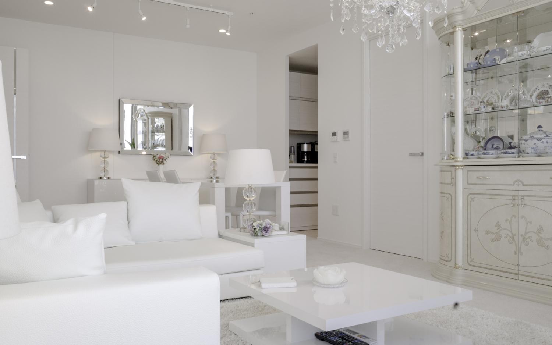 モダンなホワイトインテリアとクラッシック家具とのミックススタイル 大阪神戸