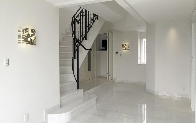 白い大理石の床にアイアンの手摺の階段