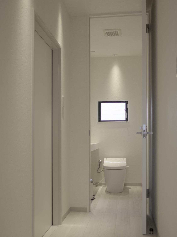 廊下とトイレのシンプルモダンリフォーム ホワイトインテリア