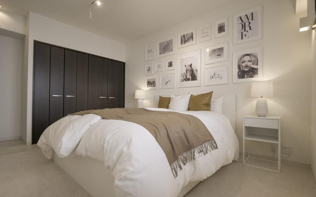 海外のような主寝室のインテリア シンプルモダンな主寝室 ホワイト家具にキャメルの組み合わせ