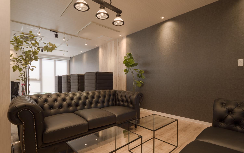 ブラックを貴重としたオフィスの応接スペース