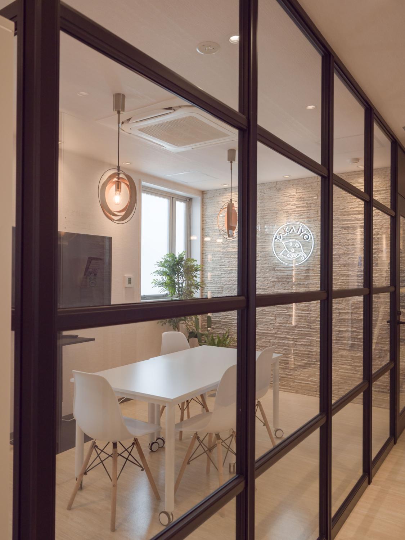 オフィスリノベ ガラスパーテションでミーティングスペース増設