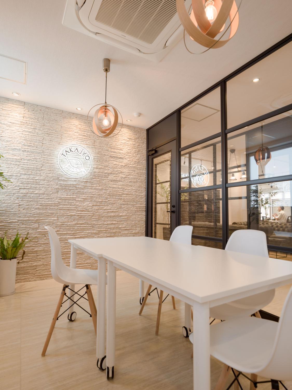 ガラスのパーテーションで開放的なミーティングスペースを確保
