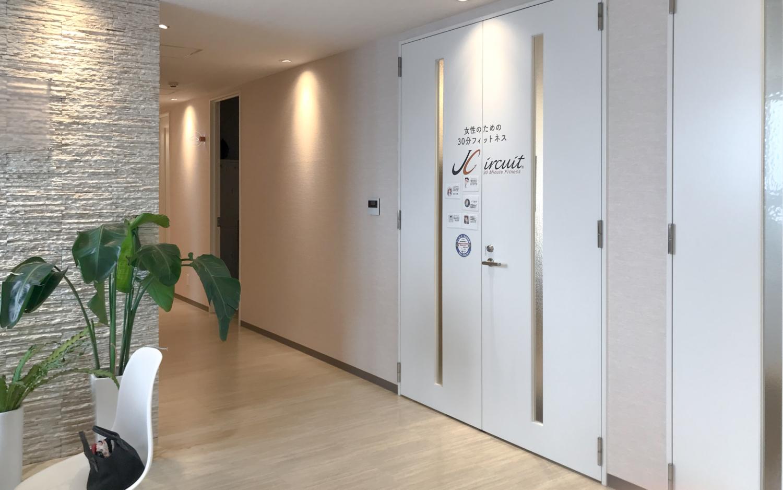 ガラスパーテーションの壁でオフィスを開放的にリニューアル