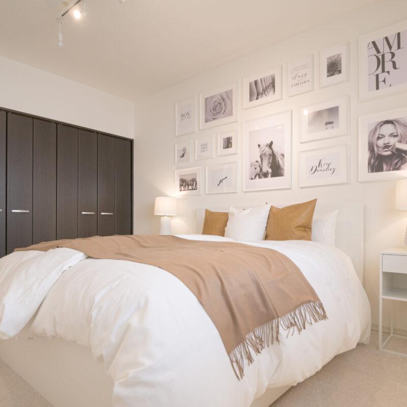 海外風インテリア 主寝室 ホワイト家具 キャメル海外風インテリア 主寝室 ホワイト家具 キャメル